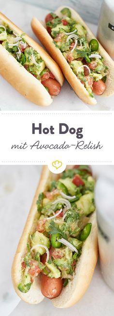 Toppe das mit Bacon umwickelte Hotdog-Würstchen mit diesem fantastischen Avocado-Relish und genieße alles in einem soften Hotdog-Brötchen. Delicioso!