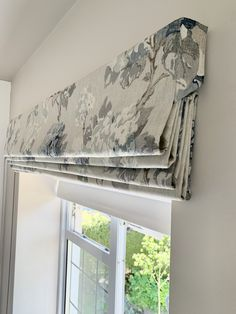 This beautiful roman blind is made in a fabric from Warwick and has a side flap to hide the blind mechansim Blinds For Windows Living Rooms, Drapes And Blinds, Roman Curtains, Bedroom Blinds, Fabric Blinds, Shades Blinds, Living Room Roman Blinds, Diy Roman Blinds, Curtains And Blinds Together