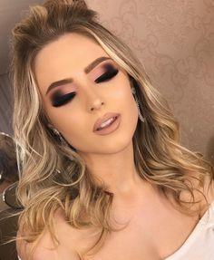 Holiday makeup looks; promo makeup looks; wedding makeup looks; makeup looks for brown eyes; glam makeup looks. Prom Makeup, Bridal Makeup, Wedding Makeup, Hair Makeup, Glitter Makeup, Vegas Makeup, Homecoming Makeup, Makeup Inspo, Makeup Inspiration