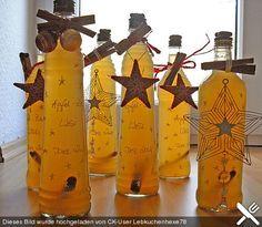 Apfel-Zimt-Likör 600 ml Apfelsaft, naturtrüb 900 g Zucker 900 ml Wodka, 40% 8 Gewürznelke(n) 25 g Zimt, ca. 45 Min. Ruhezeit: ca. 4 Std. Alles bis auf den Wodka in einem Topf zum Kochen bringen und unterrühren 5' kochen! Ca. 10' abkühlen lassen. Wodka dazu+umrühren! Weitere 10' abkühlen lassen, dann in gut verschließbare Gefäße z. B. Weinflaschen mit Drehverschluss abfüllen und 4 Wochen reifen lassen! Danach durch ein Teesieb abgießen und in beliebige Flaschen umfüllen.