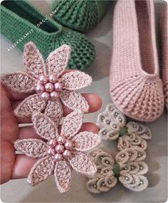 Crochet Slipper Pattern, Crochet Baby Booties, Crochet Slippers, Crochet Patterns, Girls Haircuts Medium, Girl Haircuts, Felt Flowers, Crochet Flowers, Crochet Stitches