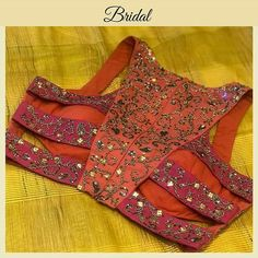 Little twisted Bridal Designer Blouse Courtesy Designer Blouse Ideas . DM for Credits or Removal 😃 . Tag your picture to get featured on this page . Blouse Back Neck Designs, Sari Blouse Designs, Fancy Blouse Designs, Bridal Blouse Designs, Sari Design, Diy Design, Chiffon Saree, Bollywood, Stylish Blouse Design