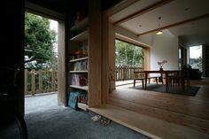 広袴の家|広い玄関土間。珈琲の焙煎をする。自転車を置く。庭とダイニングを回遊できる。