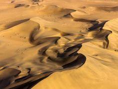 Die Namib-Wüste entstand vor rund 80 Millionen Jahren und ist damit einer der ältesten Teile der Erdkruste. Je länger der Sand abgelagert ist, umso höher ist der Anteil an Eisenoxid, das für die rostrote Färbung sorgt.