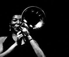 Melba Liston, que fue una música de jazz de origen estadounidense, nació el 13 de enero de 1926 y falleció el 23 de abril de 1999. Además de tocar el trombón era compositora y arreglista, faceta en la que desarrolló un trabajo junto al pianista Randy Weston que está considerado un clásico del jazz. Acompañó a grandes intérpretes como Dexter Gordon, Billie Holiday, Dizzy Gillespie o Johnny Griffin entre otros.