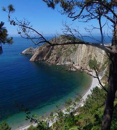 Playa del Silencio, un paraje natural situada en Cudillero. Acantilados protectores, islotes dispersos en la orilla y un color especial en sus aguas.
