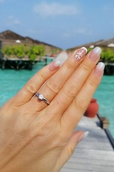 Oceán a diaľky, zásnuby bez prestávky. Aj takýto nezabudnuteľný scenár zažila Katka, ktorú požiadal o ruku jej milovaný na maldivskom ostrove Mírufenfusi, známom ako Meeru. I keď exotika je nám mnohým momentálne nedostupná, lásku vnímame bez ohľadu na to, kde sa práve nachádzame. V mene celého tímu Mikuš Diamonds prajeme našim zasnúbencom dni rovnako žiarivé ako prírodný briliant v prsteni Olivia, slnko v duši a myšlienky priezračné ako voda, v ktorej sa nedávno kúpali. Solitaire Engagement, Diamond, Jewelry, Jewellery Making, Jewlery, Jewelery, Jewerly, Diamonds, Fine Jewelry