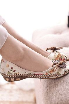 Slip on loafer with height. Rubber sole and linen for shoe. Bohemian Shoes, Heaven, Loafers, Slip On, How To Wear, Fashion, Travel Shoes, Moda, Sky