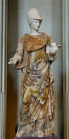 Ella es Minerva, su nombre en griego es Atenea, es la diosa de la inteligencia y de la guerra justa, protectora de las instituciones políticas. Sus atributos son el casco, el escudo, la lanza, el olivo y el búho