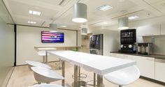 Área de refeições nos escritórios da AIG em Paris, França