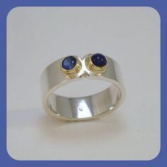 Ring met saffier en lapis gezet in gouden zetkastjes. Edelsmid Heleen Hoogenboom