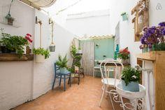 3/21: patio para desayunar, tomar cafe o pasar el rato Outdoor Decor, Room, Vintage, Home Decor, Sevilla, Drink Coffee, Apartments, Vacations, Courtyards