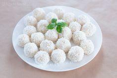 Przepis podstawowy: Wykonanie: Miękkie masło utrzeć na puszystą masę, cały czas ucierając dodawać cukier puder i żółtka. Na koniec do masy dodać wiórki kokosowe (około 5 łyżek wiórek odsypać) iwymieszać. Powstałą masę włożyć do lodówki na 1 godzinę. Herbatniki pokruszyć, dodać do masy iwymies