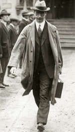 The leader of the Irish Republican opposition Eamon de Valera (1882 - 1975) when leaving the town hall of Dublin. Ireland, 1921 | Fotograaf onbekend