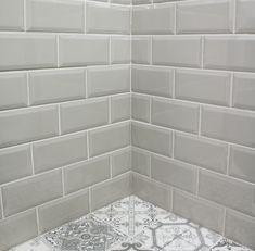 Metro Tiles Kitchen, Metro Tiles Bathroom, Grey Kitchen Walls, Gray Tile Backsplash, Grey Wall Tiles, Ceramic Wall Tiles, Kitchen Backsplash, Vintage Bathroom Decor, Bathroom Ideas