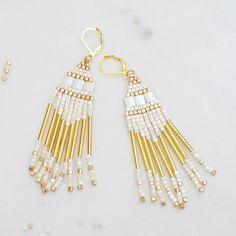 Succombez pour ces boucles d'oreilles composées de petites perles japonaises montées en franges avec la technique du Brick Stitch.Un bijou très actuel, poétique