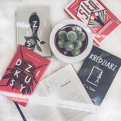 Dzień dobry!  Jak tam po weekendowych przecenach jakieś nowe książki na półkach z okazji Black Friday/Black Weekend? Ja czaiłam się na przecenę w Galerii Książki bo była spora ale w końcu... Zapomniałam!  Może to i lepiej bo na koniec roku jak zwykle mam milion wydatków a na półkach i tak zero miejsca.  Dobrego wtorku i słońca jak nie za oknem to chociaż mentalnie!  . . . . #igreads #bookishfeatures #bookstagramfeature #bookaddict #totalbooknerd #czytam #booktube #bookgeek #bookaholic… Book Instagram