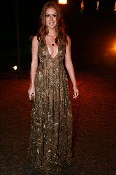 Look de festa! Marina Ruy Barbosa capricha no generoso decote de um vestido longo Valentino com muito brilho