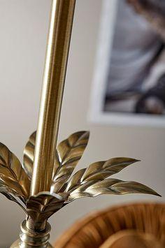 Golvlampa med fot av metall i borstad antikmässingsfinish med dekorativ blomma upptill samt svart lampskärm i bomull med guldfärgad, blank insida. Totalhöjd 160 cm. Skärm: höjd 26 cm, Ø nedtill 40 cm, Ø upptill 38 cm. Fot: Ø 25 cm. Svart plastsladd med fotströmbrytare och väggkontakt, sladdlängd 2,5 m. Stor sockel E27. Max 40W. Ljuskälla ingår ej. Dairy Queen Blizzard, Farmhouse Floor Lamps, Lady Deathstrike, Kelly Hu, Metal Mirror, Seven Wonders, Bomull, Gold, Life