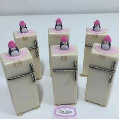 Vc já conhece nossa linha de eletrodomésticos ? Observem a marca ... Cs - essas iniciais te dizem alguma coisa? Kkkk. Geladeira totalmente deliciosa com uma toalhinha de crochê e um pinguimzinho, pra fechar!!!!❤️❤️❤️❤️❤️❤️❤️❤️❤️ Mini Tortillas, Polymer Project, Candy Bar Wedding, Cupcake Heaven, Fondant Figures, Small Cake, Clay Tutorials, Chocolate, Mini Cakes