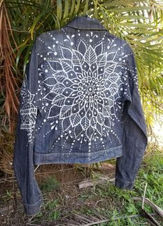 wonderful from each other beach canvas painting, chalk paint furniture, sunset painting, chalk kitchen, paint colors ideas. Check out other wonderful examples Painted Denim Jacket, Painted Jeans, Painted Clothes, Denim Kunst, Jean Diy, Artisanats Denim, Diy Jeans, Denim Ideas, Denim Crafts