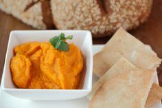 Voor deze dip moet je even wachten tot de wortels gaar gekookt zijn, maar daar zul je geen spijt van krijgen: het is een heerlijke dip met prachtig oranje kleur. Maak hem zo pittig als je lekker vindt, voor een kindvriendelijke versie laat je peper weg of voeg je maar een klein snufje toe.