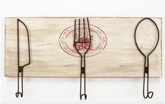 Percha de cocina vintage con tres ganchos. Decorada con cubiertos. Ideal para una cocina.  www.tatamba.com