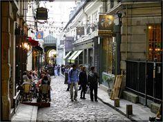 Cours du Commerce Saint-André, aan de Boulevard St.-Germain, precies tegenover het standbeeld van Danton en metro Odeon, is de toegangspoort van dit legendarische plekje in Parijs, hier stond de wieg van de revolutie. Achterin het straatje woonde de uitvinder van de guillotine. Locatie: Cours du Commerce Saint-André (Boulevard St.-Germain)