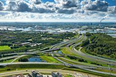 Knooppunt Coenplein en de Coentunnel in Amsterdam. Uit onderzoek blijkt dat Noord-Holland, buiten groot-Amsterdam, een economische topregio in Europa is. (Foto: HH)