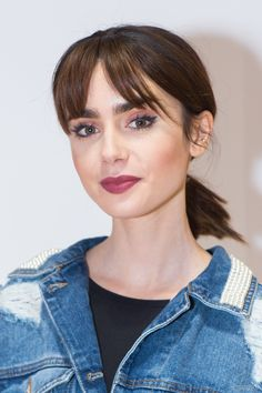 Lilly Collins rocking the fringe style bang so many celebrities have been sporting as of late Celebrity Bangs, Celebrity Hairstyles, Hairstyles With Bangs, Trendy Hairstyles, Celebrity Moms, Celebrity Photos, Celebrity Style, Fringe Hairstyles, Hair A