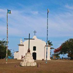 Conheça Porto Seguro e todas as suas praias! Uma delas é Trancoso, um pequeno vilarejo que tem atraído turistas de todo o mundo. A igreja do Quadrado, aqui clicada pelo @aderbalmatrix, é um dos principais cartões postais da região. #VoeGOL