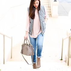 Following one of fall's favorite trends, @prettyinthepines wears neutrals beautifully. || Quilted Emma Satchel
