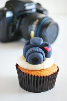 kleiner cupcake dekoriert mit fotoapparat aus schwarzem fondant