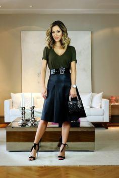 Look da Helena Lunardelli com saia midi preta, blusa básica preta