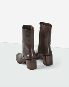 Soft cow nappa boot in two colours. 7 cm outoing stacked leather heel. Zip on the side. Goat leather lining and insock.