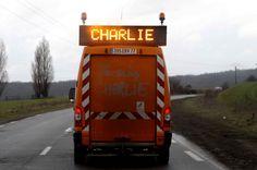Sur une route au nord de Paris, un camion de circulation rend hommage aux victimes de la tuerie de Charlie Hebdo.