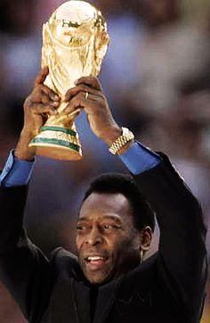 Pele y una de las tantas Copas Mundiales que gano Brasil en el Futbol de alto rendimiento.