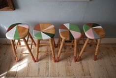 Kitchen table and chairs makeover ideas bar stools 56 ideas Painted Bar Stools, Diy Bar Stools, Diy Stool, Wooden Bar Stools, Kitchen Stools, Hand Painted Furniture, Bar Furniture, Repurposed Furniture, Furniture Projects