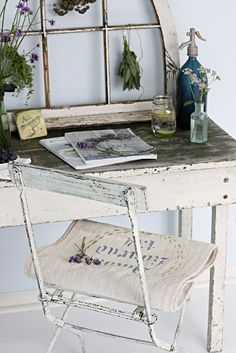 gonna hang some herbs on an old window frame. Estilo Shabby Chic, Vintage Shabby Chic, Shabby Chic Furniture, Antique Furniture, Bedroom Nook, Bistro Chairs, Antique Decor, Rustic Chic, Interior Inspiration