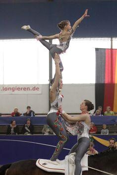 HUFGEFLUESTER.EU – Pferde Zeitung, Video Magazin, Internet TV, Community » Artikel » Voltigieren im Pferdeland Bayern - Akrobatik auf dem Pferderücken