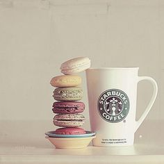 Yummy macaroons and Starbucks. Copo Starbucks, Starbucks Drinks, Starbucks Coffee, Coffee Mugs, Coffee Drinkers, Iced Coffee, I Love Coffee, Coffee Break, Macarons
