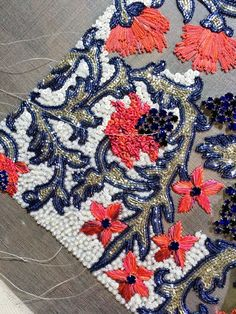 Idea for carpet Tambour Beading, Tambour Embroidery, Couture Embroidery, Embroidery Fashion, Floral Embroidery, Embroidery Stitches, Embroidery Fabric, Hand Embroidery Designs, Embroidery Patterns