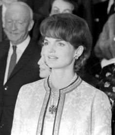 "First Lady Mrs ~~Jacqueline Lee (Bouvier) Kennedy Onassis ""Jackie"" (July Jacqueline Kennedy Onassis, Jackie Kennedy Style, Les Kennedy, Jaqueline Kennedy, John Kennedy, American First Ladies, It's All Happening, Chanel, Timeless Beauty"