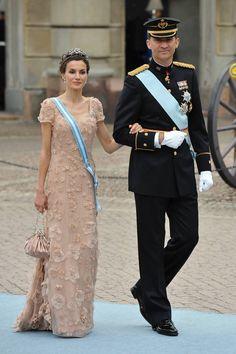10 aniversario boda felipe y letizia su estilo en 20 fotos: vestido nude con apliques de flores de Felipe Varela