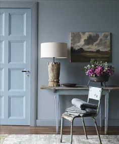 Väggfärg Petroleum, ncs nr s4010–b50g, karm och sockel är målade i s5010–b50g, dörren är målad...
