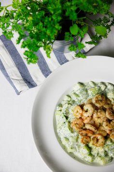 Der heutige Gurken Avocado Salat mit Garnelen ist zwar nicht der schönste, aber mit Abstand der beste Salat. Alle zwei Wochen kommt dieses gesunde Gericht bei uns auf den Tisch und ich habe noch immer nicht genug davon (ich glaub mein Freund aber schon). Nach dem Sport (aber natürlich auch ohne) gibt es einfach nichts besseres als diesen schnell zubereiteten und sättigenden Salat.