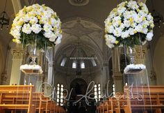 Tutte le sfumature del giallo, solari e gioiose per le maxi composizioni floreali in chiesa. | Cira Lombardo Wedding Planner