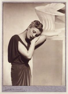 Dorothy Wilding - Portrait of Diana Wynyard, 1937 © William Hustler and Georgina Hustler