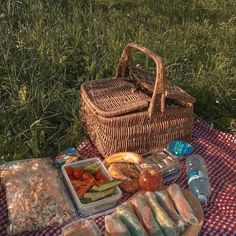 Find images and videos about food, aesthetic and nature on We Heart It - the app to get lost in what you love. Picnic Date, Summer Picnic, Comida Picnic, Spring Aesthetic, Northern Italy, Aesthetic Food, Aesthetic Pictures, Retro, Dream Life