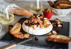 Brie with maple syrup, apples and walnuts Tapas Recipes, Cheese Recipes, Brunch Recipes, Appetizer Recipes, Appetizers, Menu Desserts, Confort Food, Walnut Recipes, Thanksgiving Treats
